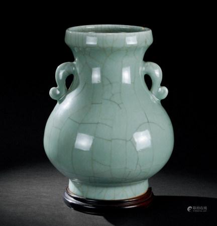 清雍正(1723~1735) 仿官窑双如意耳瓶