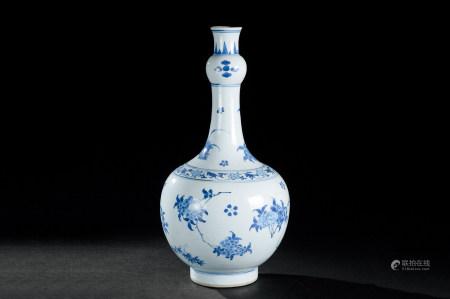 明末清初(约1627~1684) 青花花卉纹蒜头瓶