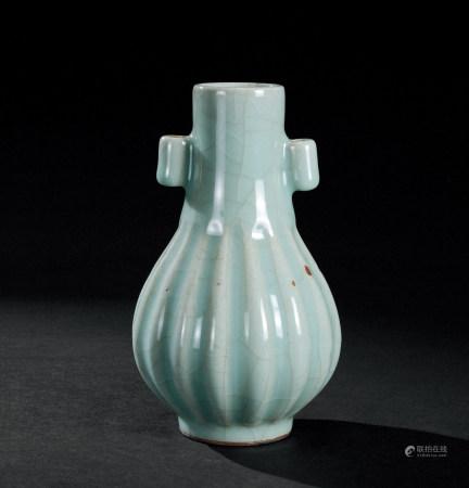明代(1368~1644) 龙泉窑贯耳瓜棱瓶