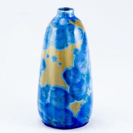 Vase mit Kristallglasur Keramik. Heller Scherben. Senffarbener Grund mit blauen Kristallblüt