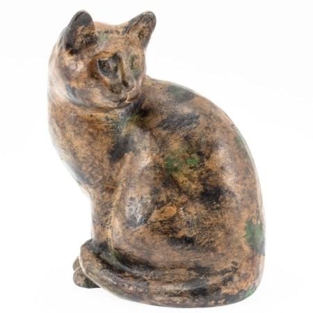Sitzende Katze Wohl 19. Jahrhundert. Keramik. Heller Scherben. In braun, schwarz und grün be