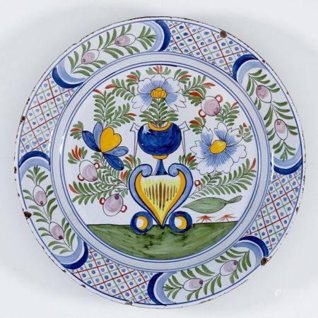 Großer Wandteller 19. Jahrhundert. - Blumen in Vase - Fayence, heller Scherben, weißliche E