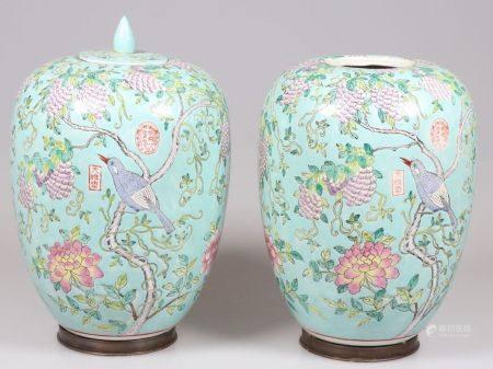 Paar Vasen China, 19. Jahrhundert. Porzellan. Polychrom bemalt. H. 30 cm. 1 Deckel rest. 1 De