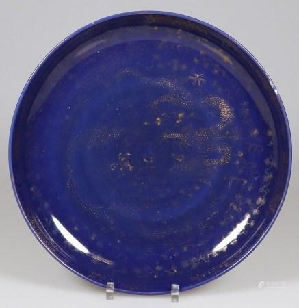 Große Schale China, Kangxi. Porzellan. Blau und gold bemalt. H. 7,5 cm. D. 42 cm. Ungemarkt.