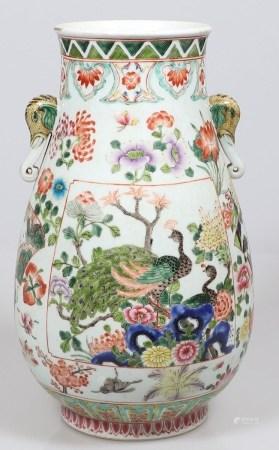 Große Ziervase China, 19. Jahrhundert. Porzellan. Polychrom bemalt. H. 44,5 cm. Rote Bodenma