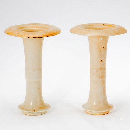 Paar Gu-Vasen China, wohl 18. Jahrhundert, Quing-Dynastie. Je Keramik, rötlicher Scherben, E