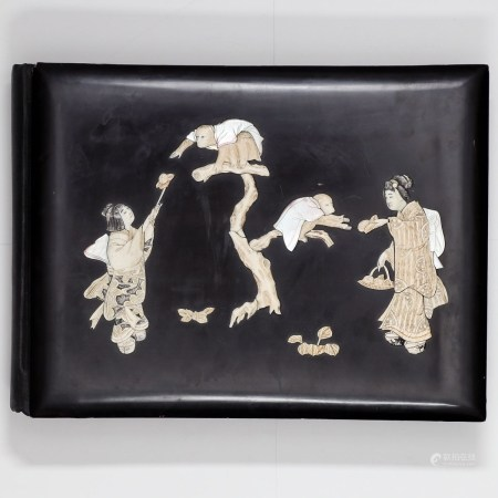 Fotoalbum Japan, Anfang 20. Jahrhundert. Albumdeckel dunkle Lackarbeit. Vord. Deckel mit Elfe