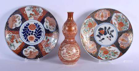A LARGE 19TH CENTURY JAPANESE MEIJI PERIOD KUTANI IMARI DOUBLE GOURD VASE together with a pair of imari dishes. Dish 24 cm diameter. (3)