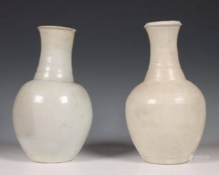 China, twee grijs-wit geglazuurde porseleinen vazen, Noordelijke Sung dynastie, 10e-12e eeuw,
