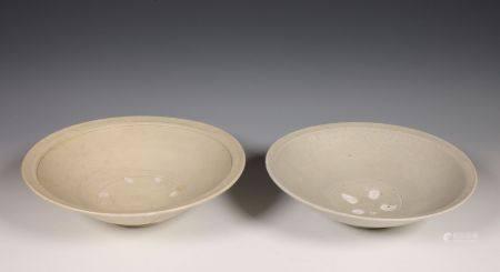 China, een grijs-wit en een creme geglazuurde porseleinen schaal, Noordelijk Song dynastie, 10e