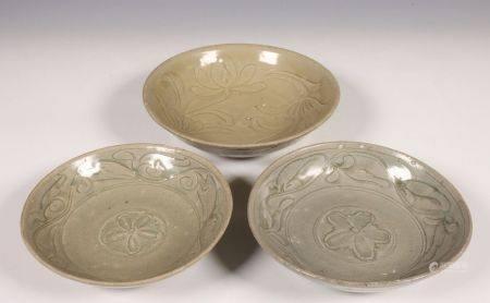 China, drie celadon porseleinen schoteltjes, Noordelijke Song dynastie, 10e-12e eeuw,