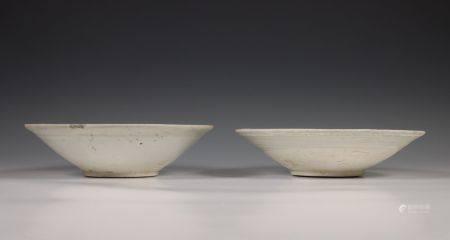 China, twee grijs-wit geglazuurde porseleinen schalen, Noordelijke Song dynastie, 10e-12e eeuw,