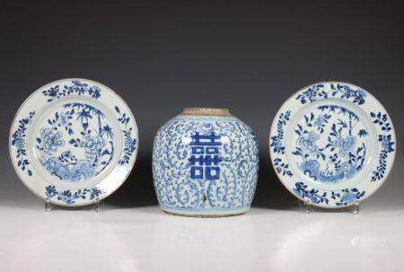 China, paar blauw-wit porseleinen borden, Qianlong en gemberpot, 19e eeuw,