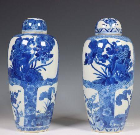 China, paar blauw-wit porseleinen ovale vazen met bol deksel, Kangxi of later Qing dynastie,