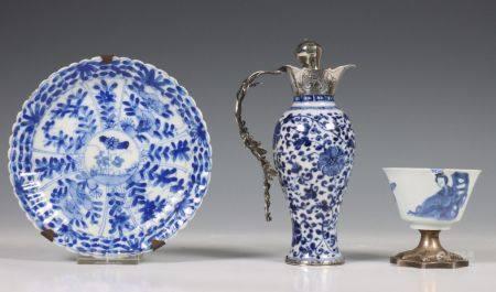 China, blauw-wit porseleinen miniatuur vaas, 18e eeuw,