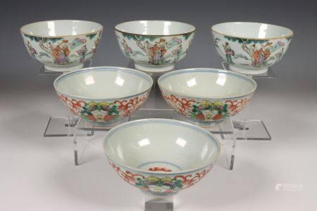 China, twee sets van drie gekleurd porseleinen kommen, laat Qing dynastie,
