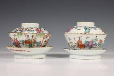 China, paar geribde porseleinen dekselkommen op losse standring, laat Qing dynastie,