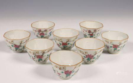 China, acht kantige porseleinen kopjes, laat Qing dynastie.
