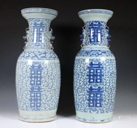 China, paar blauw-wit porseleinen vazen, laat Qing dynastie, 19e eeuw,