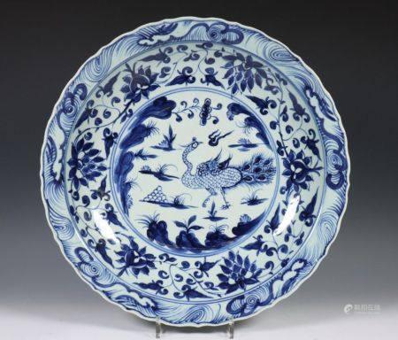 China, blauw wit porseleinen schotel in Ming stijl, 19e eeuw,
