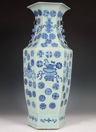 China, zeskantige blauw-wit porseleinen vaas, laat Qing dynastie, eind 19e eeuw,