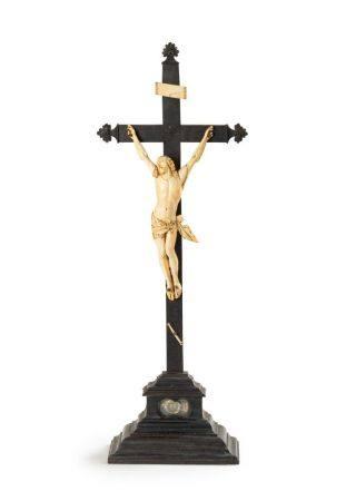 Crucifix-reliquaire en bois noirci ; le Christ en ivoire représenté vivant, la tête tournée et