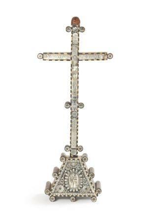 Crucifix en bois et nacre à décor de flons, motifs géométriques, rosaces et plaques gravées