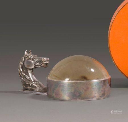 HERMES.  Loupe de bureau en métal argenté, la prise à décor de tête de cheval. Dimensions : 13x
