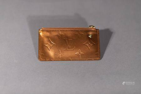 Louis VUITTON. Pochette porte-clés  en toile monogram vernis caramel. Dimensions : 7x12cm. (Pet