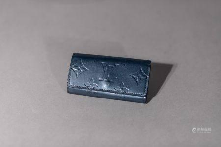 """Louis VUITTON. Pochette porte-clés """"Multiclés 4"""", en toile monogram  bleu foncé. Fermeture à bo"""