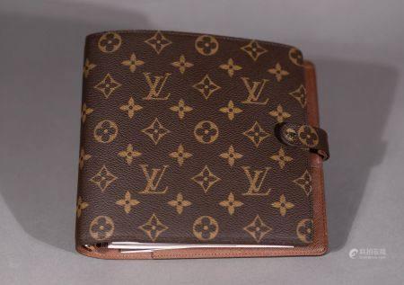 Louis VUITTON. Porte-agenda en toile monogram.  Trois fentes pour cartes, deux poches intéri