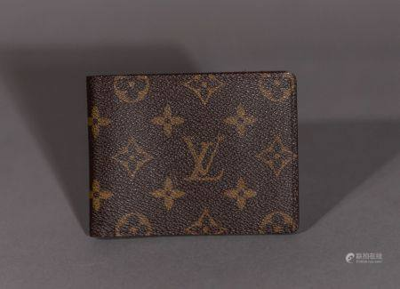 Louis VUITTON. Porte-cartes en toile monogram.  Trois fentes pour cartes, un compartiment pour