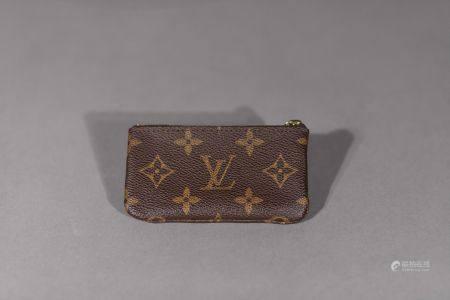 Louis VUITTON. Pochette porte-clés en toile monogram avec sa chaîne à mousqueton.  Dimensions :