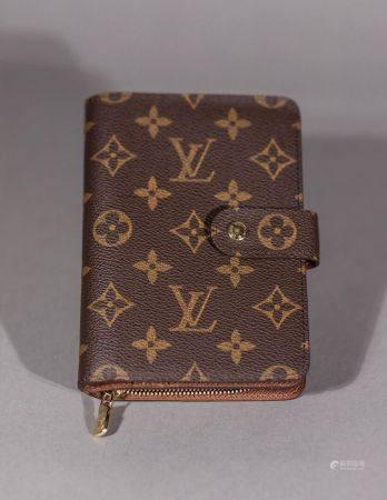 Louis VUITTON. Portefeuilles de femme en toile monogram.  Un compartiment zippé avec deux poche