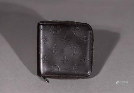 Louis VUITTON. Portefeuilles en veau monogram vernis noir. Une poche à bouton pression pour la