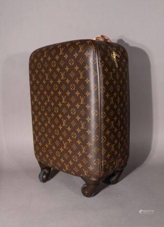 Louis VUITTON. Valise cabine pégase légère 55 en toile monogram.  Avec une poche zippée sur le