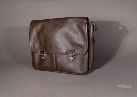 """Louis VUITTON. Sac cartable """"Alexei Messenger"""" cuir taïga brun-foncé.  Haut: 28 cm. Longu"""