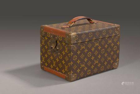 Louis VUITTON. Petite malle Vanity Case en toile monogram.  Haut: 21 cm. Longu: 29,5 cm.