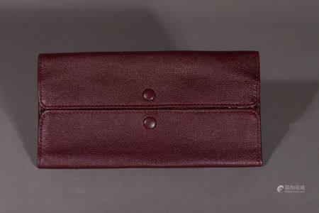 Louis VUITTON. Pochette à bijoux en cuir rouge bordeaux.  Deux fermetures à bouton pression, un