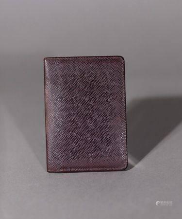 Louis VUITTON. Porte-cartes. Six fentes au total. Dimensions : 11x8 cm. (État d'usage).