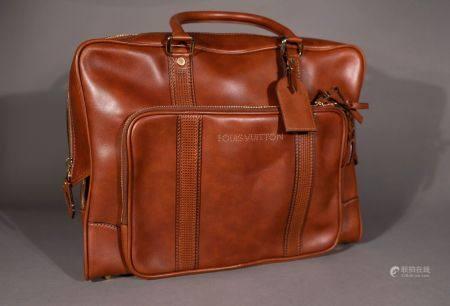 Louis VUITTON. Porte-documents de voyage en cuir lisse brun. Haut: 35 cm. Longu: 46 cm. P