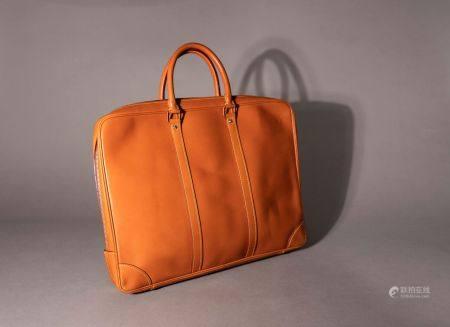 Louis VUITTON. Sac porte-documents en cuir nomade. Haut: 32 cm. Longu: 41 cm. Profond: