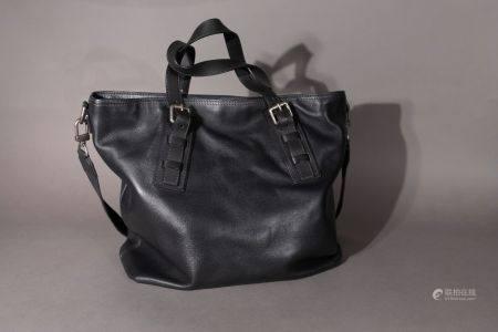 Louis VUITTON. Sac à main en cuir noir.  Haut: 36 cm. Longu: 37 cm. Profond: 11 cm.  (