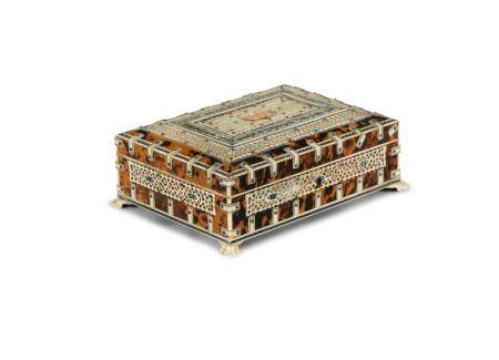 A 19TH CENTURY ANGLO INDIAN TORTOISHELL PEN BOX, of rectangular form, the hinged top with overlaid i