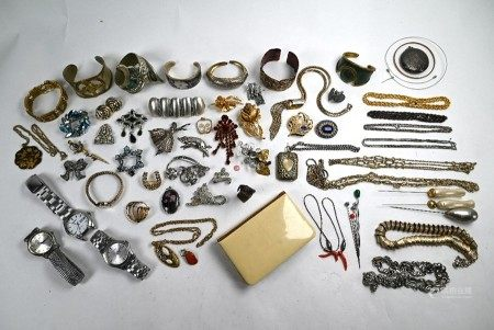 Collection of gilt metal jewellery items