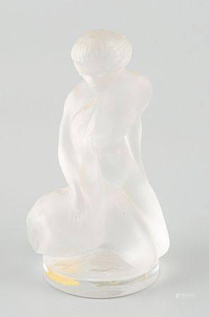 René LALIQUE (1860-1945). Presse-papier représentant une femme tenant une oie.  Epreuve de tira