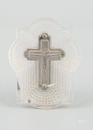 René LALIQUE (1860-1945). Crucifix en verre dépoli, base métal. Epreuve de tirage industriel ré