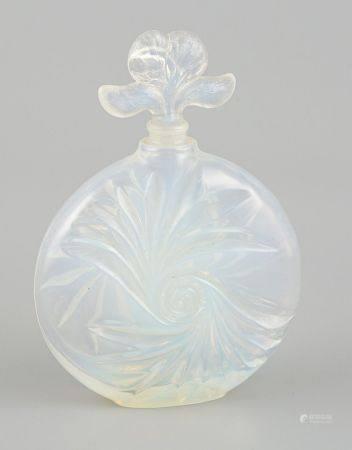 Flacon de parfum en verre moulé opalescent. Haut 14cm. (Petit éclat au bouchon).