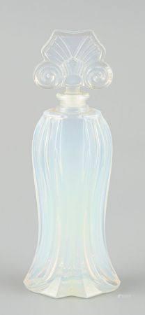 Flacon de parfum en verre moulé opalescent. Haut 16cm.