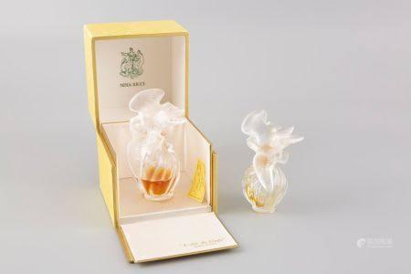 Flacon de parfum en verre moulé pressé Nina Ricci modèle aux colombes. Haut 9cm. On y jont: